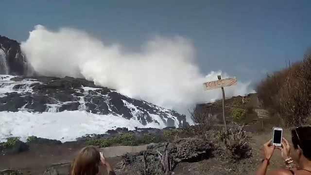 巨浪冲击巴厘岛海岸,游客惊叹不已