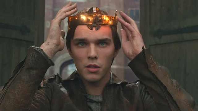 小伙得到神奇的王冠,可以控制巨人