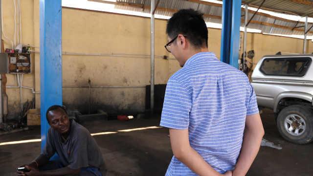 非洲黑人修车技工,到修车厂学习