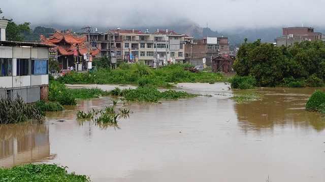 暴雨过后乡村被淹,马路上水流成河