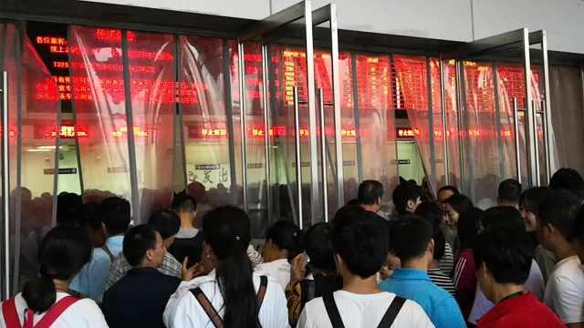台风突袭致列车停运,旅客滞留车站