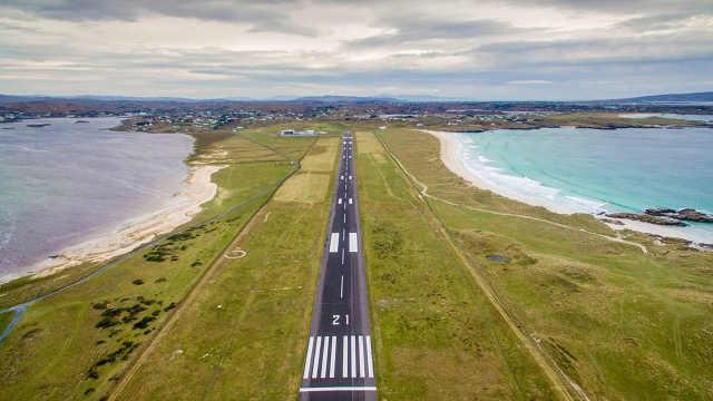 世界最美机场跑道:与海岸线并行!