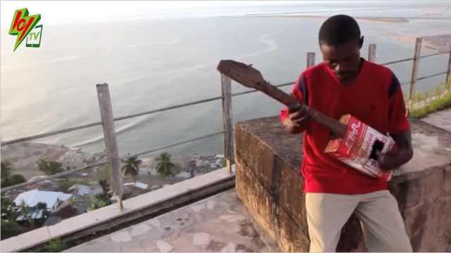这个盲人竟然能用油漆桶弹吉他……
