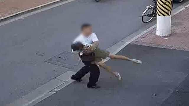 要钱不成!男子绊摔母亲,在路边拖拽