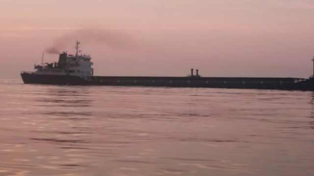 紧急!货船海上触礁搁浅,12船员被困