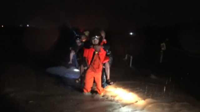 暴雨围困村庄,消防员蹚水背出村民