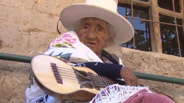 118岁老奶奶弹吉他,小猫小狗捧场