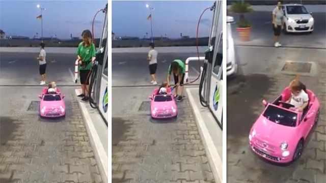 笑死!小萌娃开玩具车去加油站加油