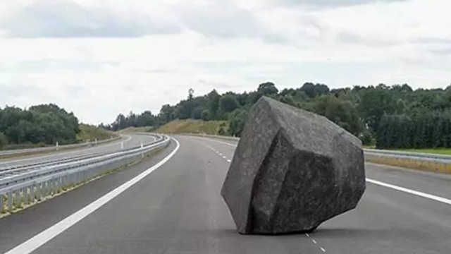 在高速路上开车,前方出现石头咋办