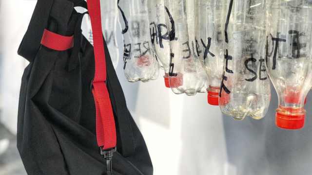 这家店很酷,卖用24个塑料瓶做的包