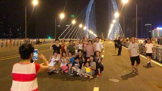 趁大桥未通车,市民组团站桥中拍照