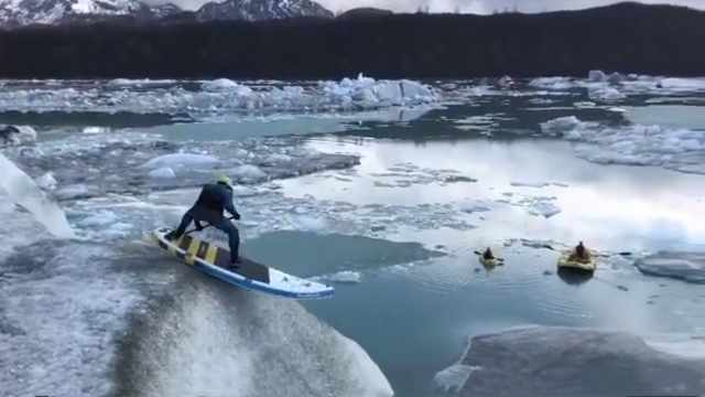高难度!外国小哥冰川上表演滑冰