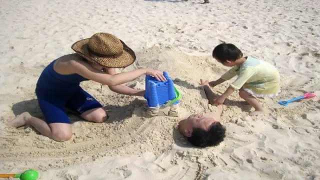去海边玩千万不要把自己埋进沙子里