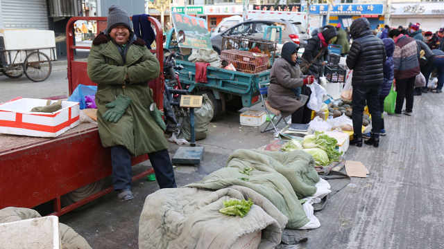哈尔滨零下35度街上摊贩怎么卖菜?