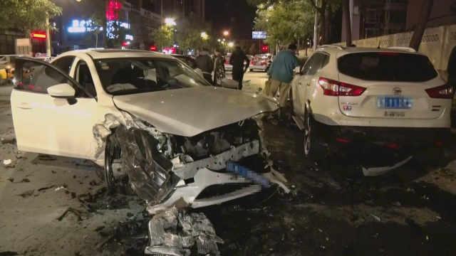 """两车相撞,路边仨车无辜""""躺枪"""""""