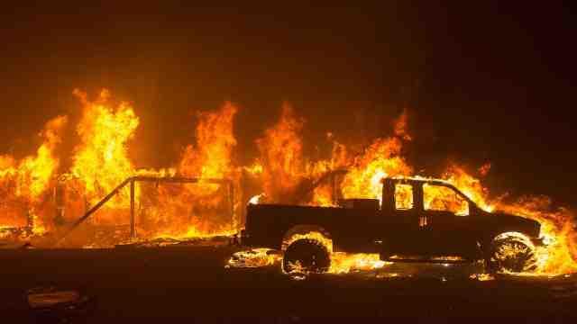 美国加州北部山火爆发至少5人死亡