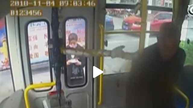 猛犸视频丨公交司机被乘客扇耳光