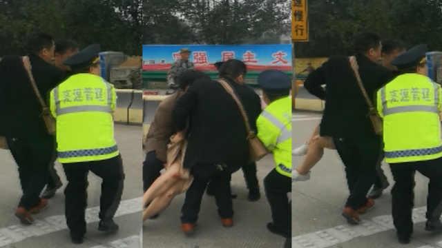 轿车高速撞护栏,2女子被甩出车外