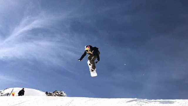 滑雪女将完成单板滑雪后空翻三周半