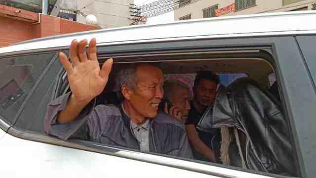 77岁老人流浪25年,见到家人时痛哭