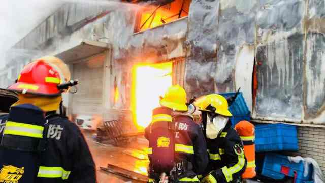 突发:杭州西湖区汽车4S店起火