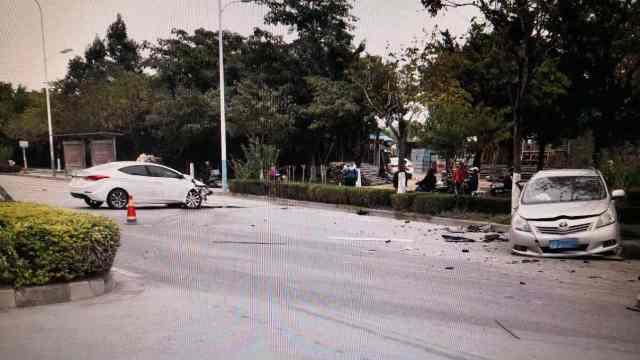 柳州市两辆小轿车发生车祸