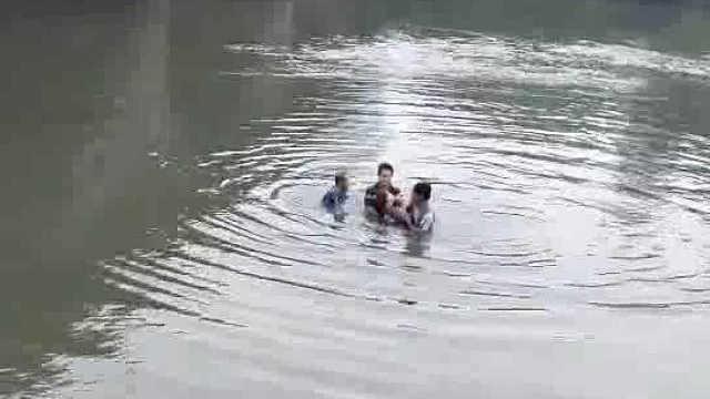 河边开会遇人落水,3小哥下河救人