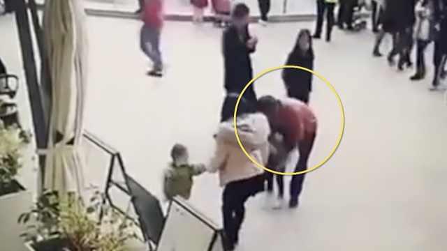 男子商场强行抱走女童,遭路人围堵