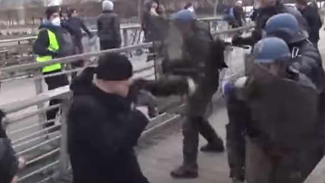 法国拳王参与抗议,警察招架不住!