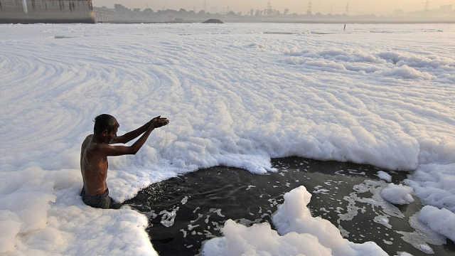 印度最脏的河,人们却用它洗澡喝水
