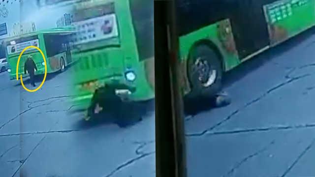惨!公交车倒车,车后行人被撞身亡