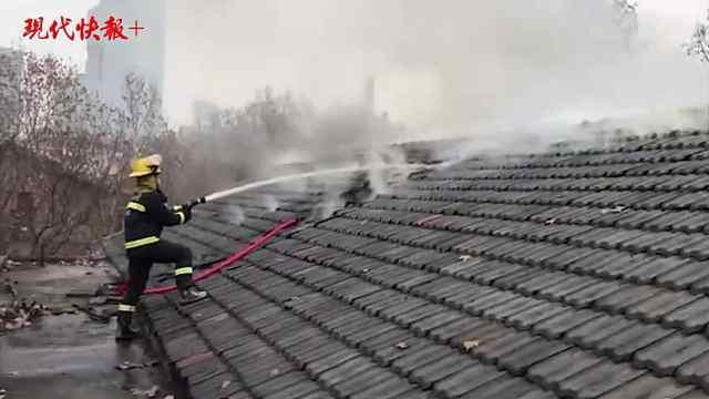 退役消防员冲入火场救人