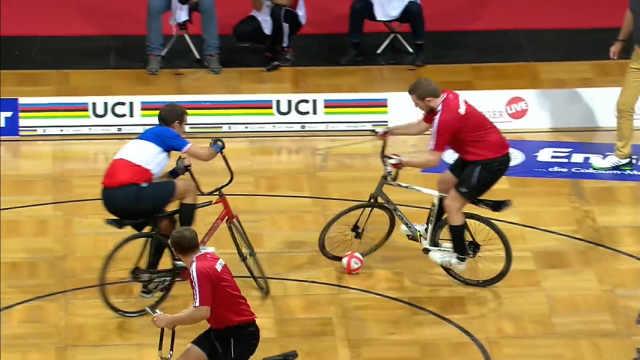 新兴自行车球:参赛者骑单车踢足球