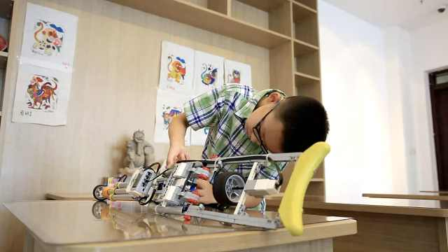小发明家!10岁男孩4年做3款机器人