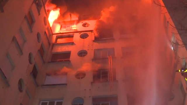 法国巴黎,公寓楼发生火灾