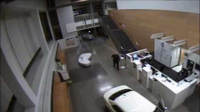 女子酒驾开进警察局,被当场逮捕