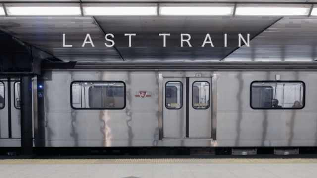 地铁末班车上总能见到最真实的人间