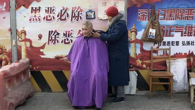 8旬奶奶街头理发,挣钱给孙发奖学金