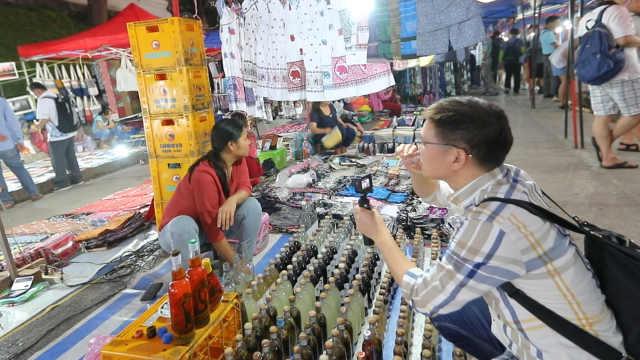 看中国人在国外旅游如何砍价!