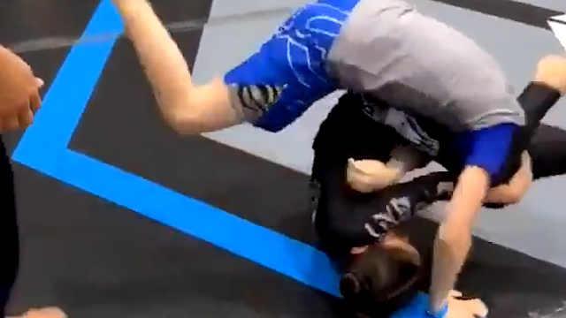 9岁柔道女孩用技巧战胜男生对手