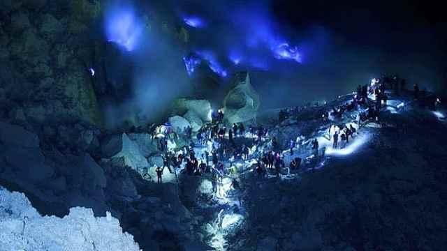 """印尼神秘火山呈现蓝色""""地狱之火"""""""