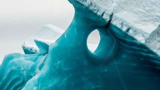摄影师拍到罕见冰川,美如巨型宝石