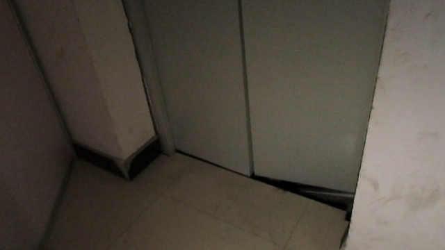 小区电梯从18楼坠落,男子死里逃生