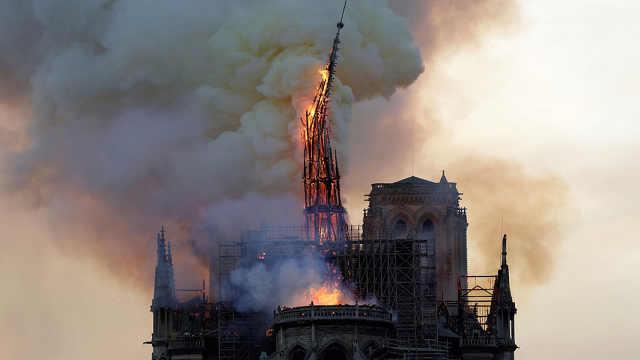 巴黎圣母院发生火灾尖塔和屋顶坍塌