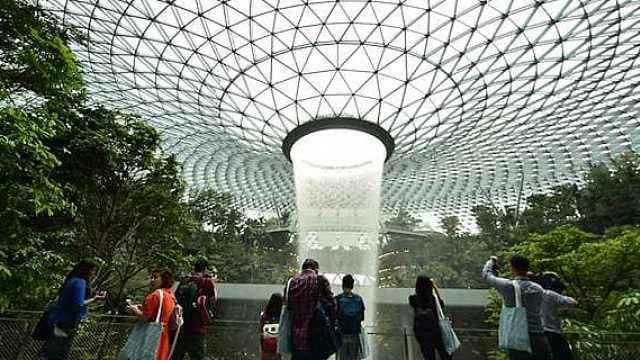 美!新加坡机场造世界最高室内瀑布