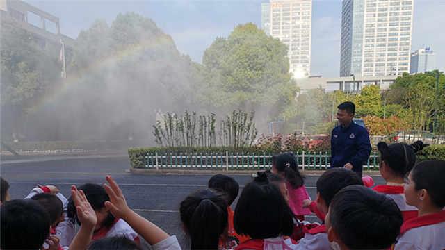 """小朋友送水,消防员回赠""""彩虹"""""""