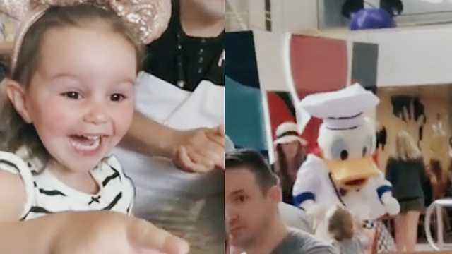 超萌!宝宝第一次看到唐老鸭好兴奋