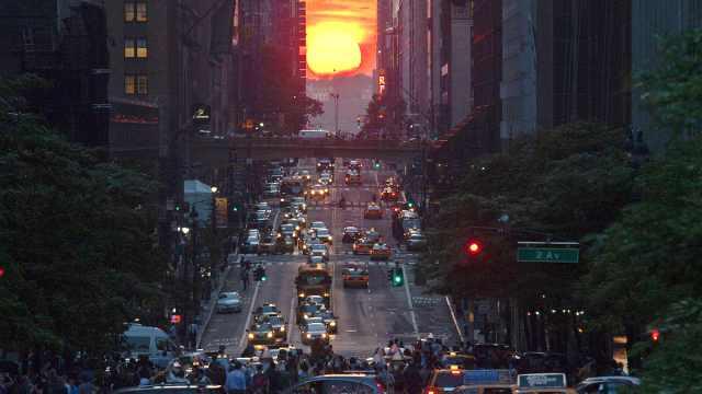 """美国迎""""曼哈顿悬日""""奇观"""