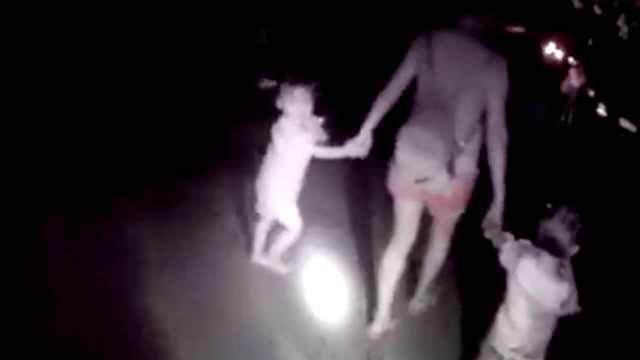 她牵孪生女摸黑回家,民警打灯护送