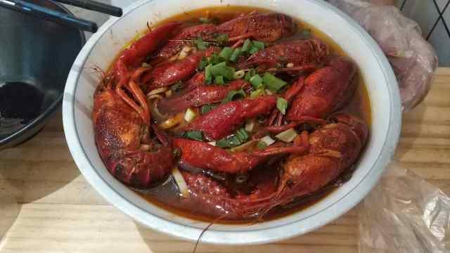 强劲撩胃!这碗手工卤面,盖满小龙虾